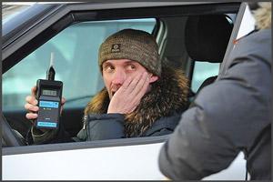 Водитель проходит проверку алкотестером