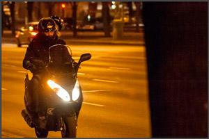 Ночью на скутере с включенными фарами