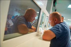 Водитель сдает документы в ГИБДД
