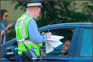 Инспектор ГИБДД при остановке автомобиля