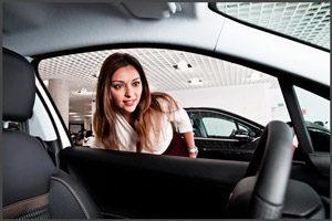 Девушка выбирает машину