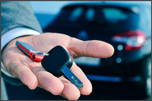 Ключи от авто в руке мужчины