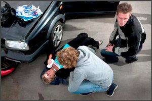 Помощь женщины после аварии