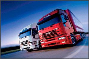 Красный и белый грузовики
